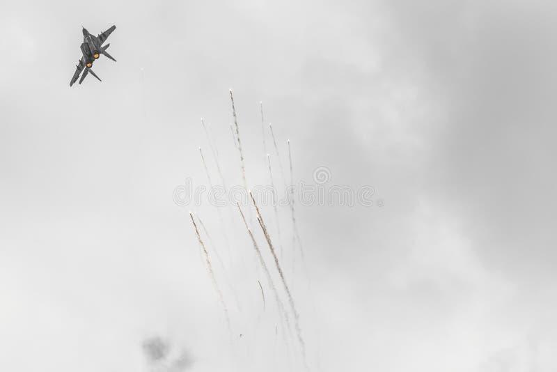 RADOM POLEN - AUGUSTI 26: Polsk F-16 gör dess show under Ai royaltyfri fotografi