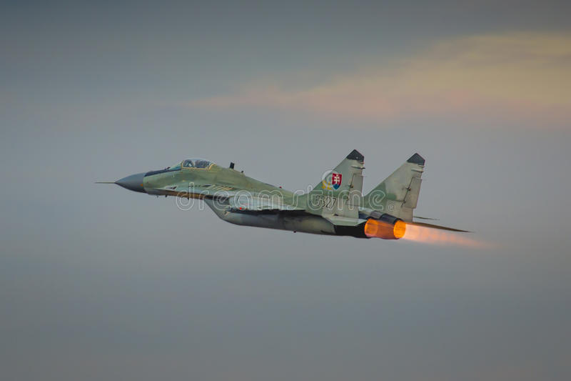 RADOM, POLOGNE - 23 AOÛT : Le solo slovaque de l'Armée de l'Air MiG-29 déplacent image stock