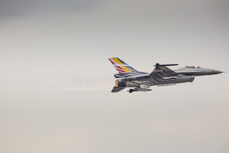 RADOM, POLONIA - 23 AGOSTO: Il F-16 belga dell'aeronautica fa la sua manifestazione fotografia stock