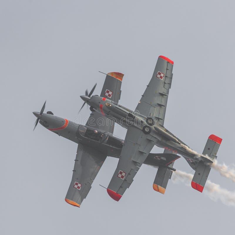 RADOM, POLONIA - 26 DE AGOSTO: Equipo aeroacrobacia de la exhibición de Orlik Polonia fotos de archivo
