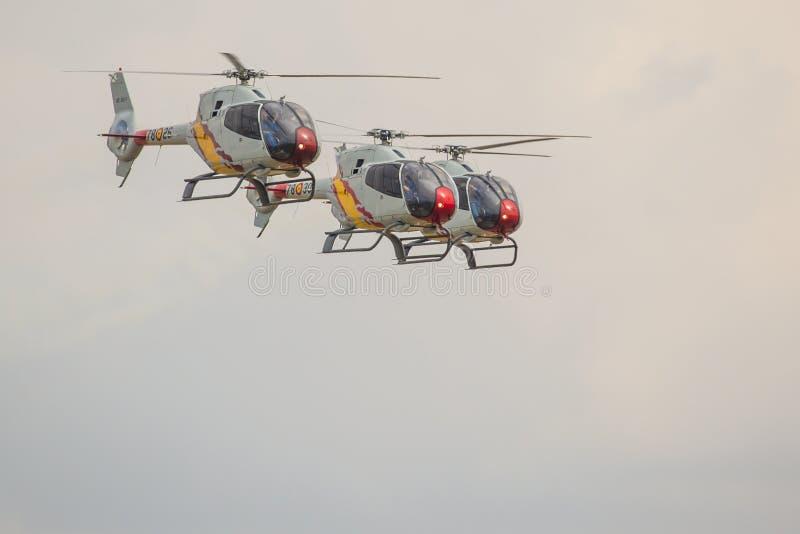 RADOM, POLONIA - 23 DE AGOSTO: Patrulla española aeroacrobacia del helicóptero (A fotos de archivo libres de regalías