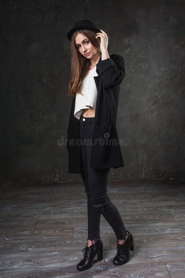 Radosna ładna dziewczyna jest ubranym kostiumowego i czarnego klasycznego kapelusz zdjęcie stock