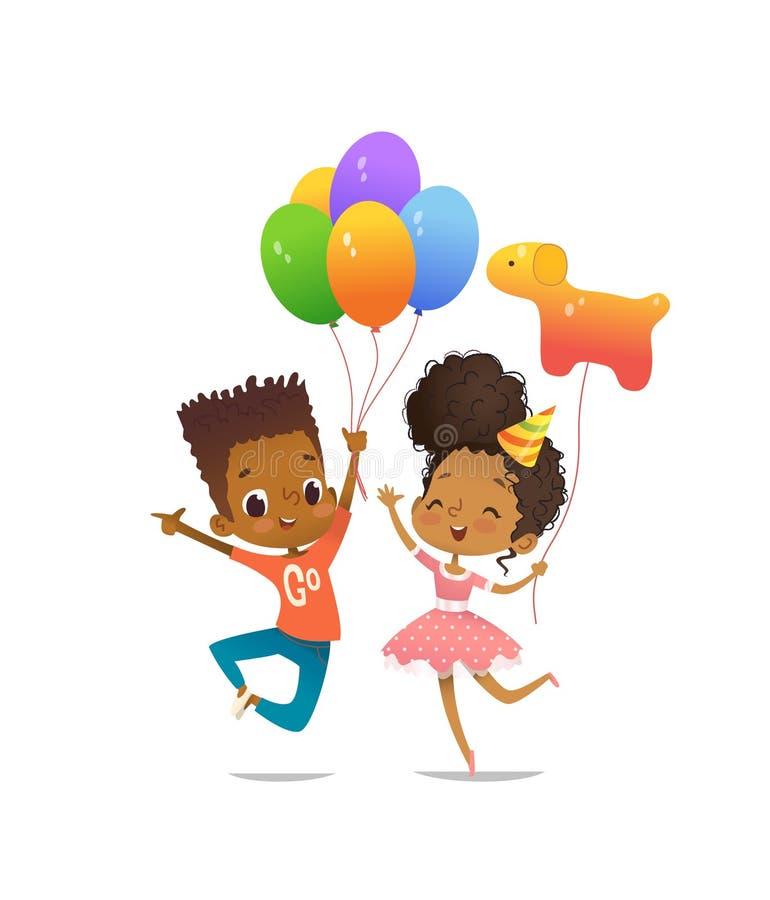Radosna afroamerykańska chłopiec i dziewczyna z szczęśliwie skacze z ich rękami up urodzinowym kapeluszem i balonami wektor ilustracji