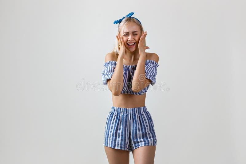 Radosna i super z podnieceniem piękna blondynki dziewczyna w lato stroju, uśmiechniętej i roześmianej pozycji nad białym tłem, zdjęcia royalty free