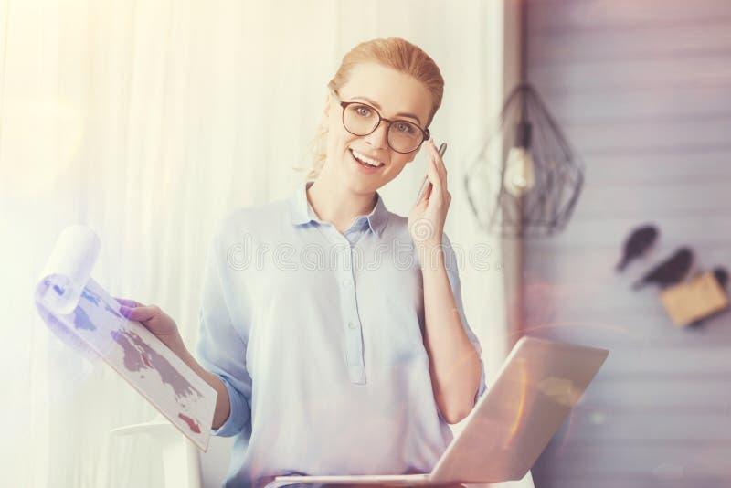 Radosna kobieta opowiada na telefonie komórkowym obrazy royalty free