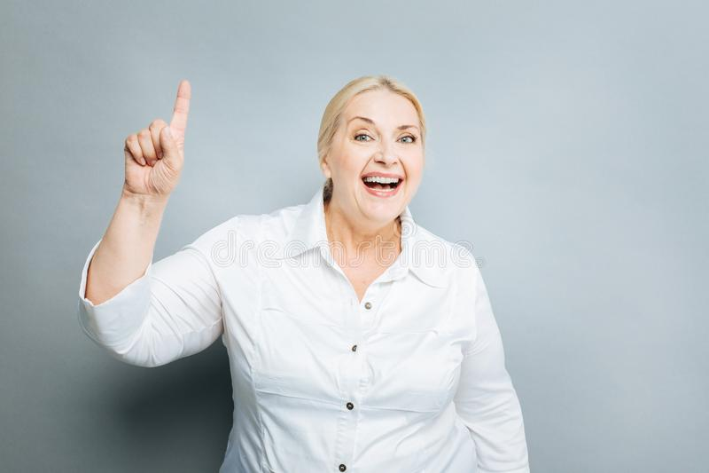 Radosna kobieta podnosi jej forefinger obraz royalty free