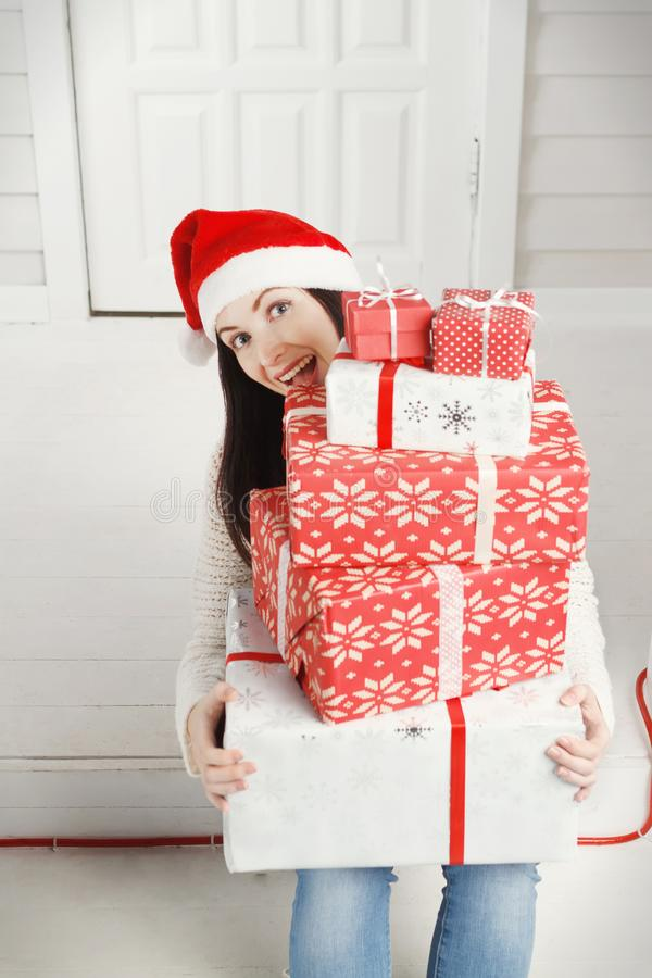 Radosna młoda kobieta trzyma stos Bożenarodzeniowi prezentów pudełka obraz stock