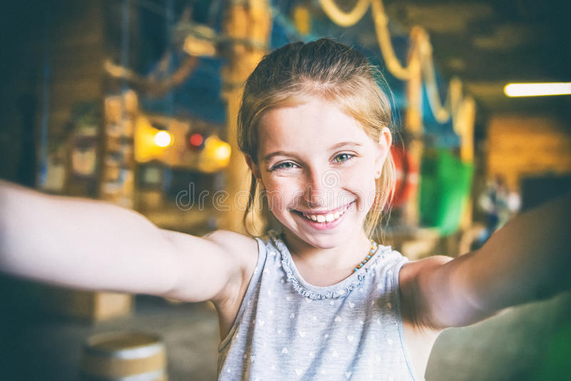 Radosna mała dziewczynka robi selfie zdjęcie royalty free