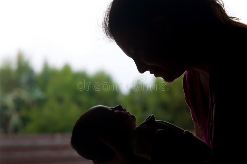 Radosna mama ze strachu przed Jej Małym Nowonarodzonym dzieckiem zdjęcie royalty free