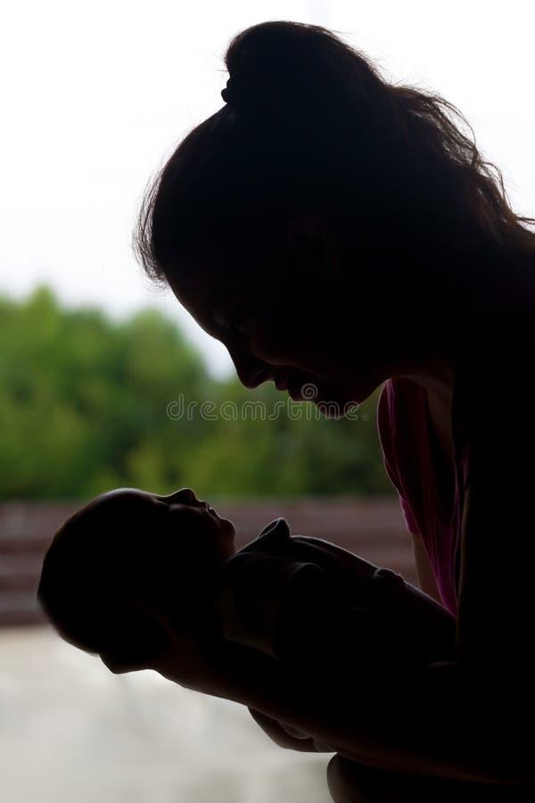 Radosna mama ze strachu przed Jej Małym Nowonarodzonym dzieckiem zdjęcie stock