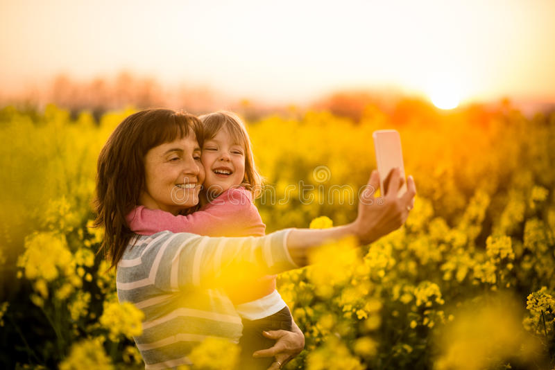 Radosna matka z córką klika selfie, outdoors obrazy royalty free