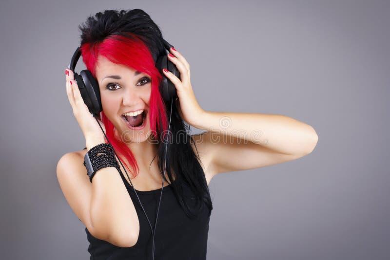 Radosna nastoletnia dziewczyna słucha muzyka zdjęcia royalty free