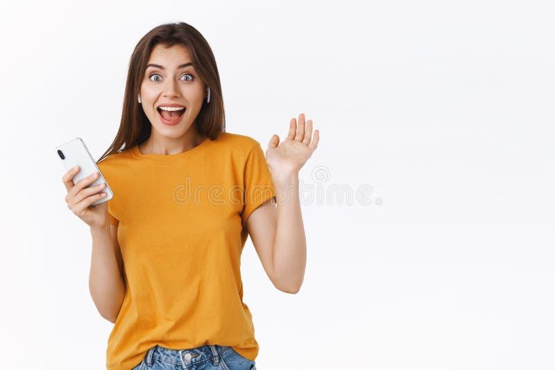 Radosna, podekscytowana młoda kobieta otrzymuje bezprzewodowe słuchawki jako prezent urodzinowy, nie może ukryć szczęścia, trzęsą fotografia royalty free