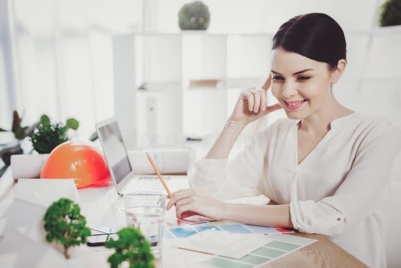 Radosna pozytywna kobieta pracuje w biurze obraz stock