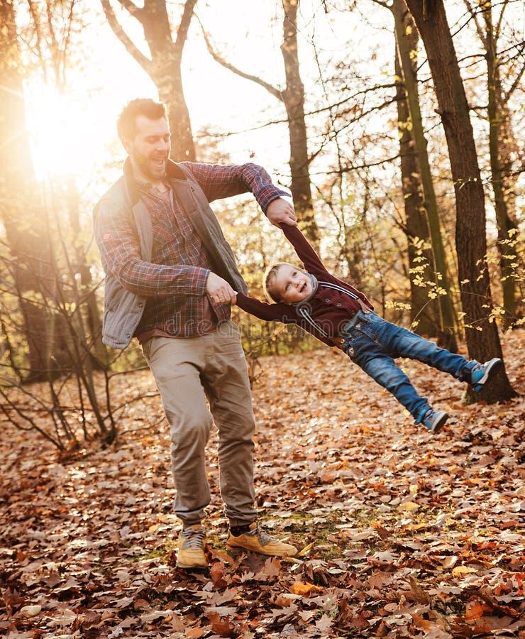 Radosna rodzina cieszy się wielką, jesienną pogodę, obraz royalty free