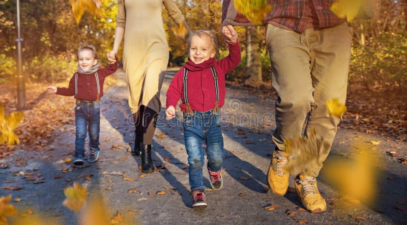 Radosna rodzina cieszy się wielką, jesienną pogodę, obrazy stock