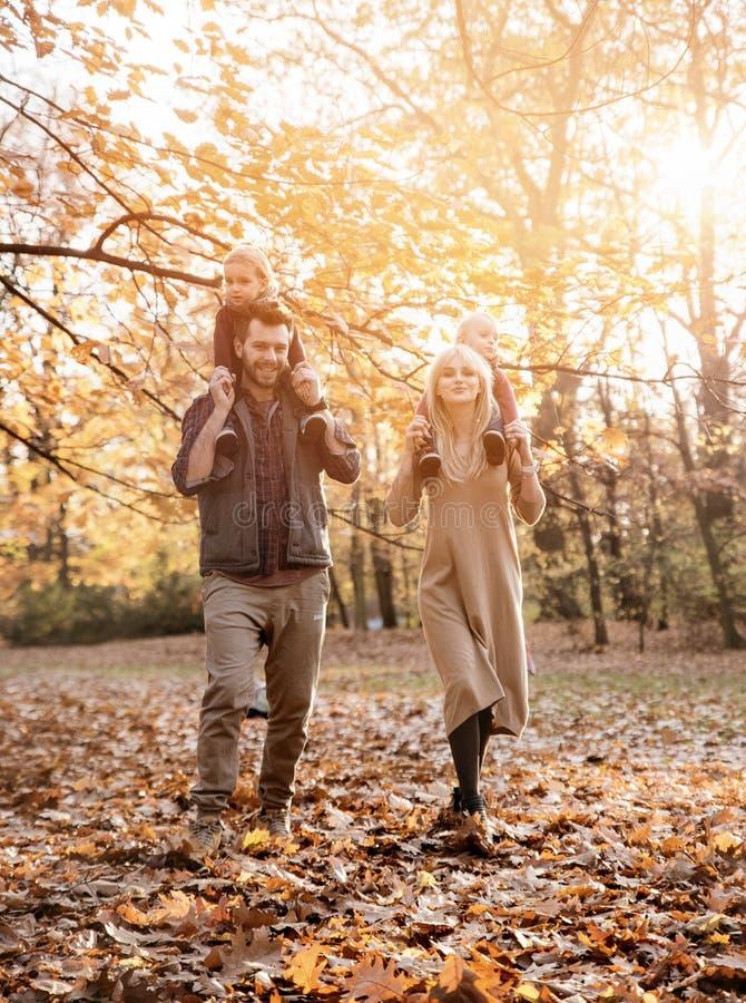 Radosna rodzina cieszy się wielką, jesienną pogodę, zdjęcia royalty free