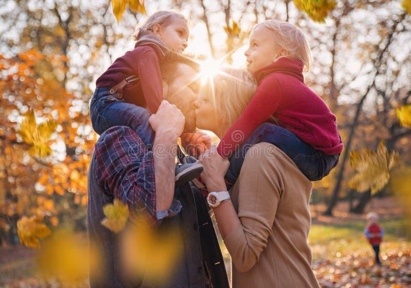 Radosna rodzina cieszy się wielką, jesienną pogodę, zdjęcie stock