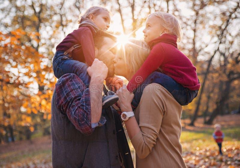 Radosna rodzina cieszy się wielką, jesienną pogodę, zdjęcia stock