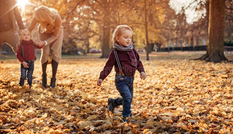 Radosna rodzina cieszy się wielką, jesienną pogodę, obrazy royalty free