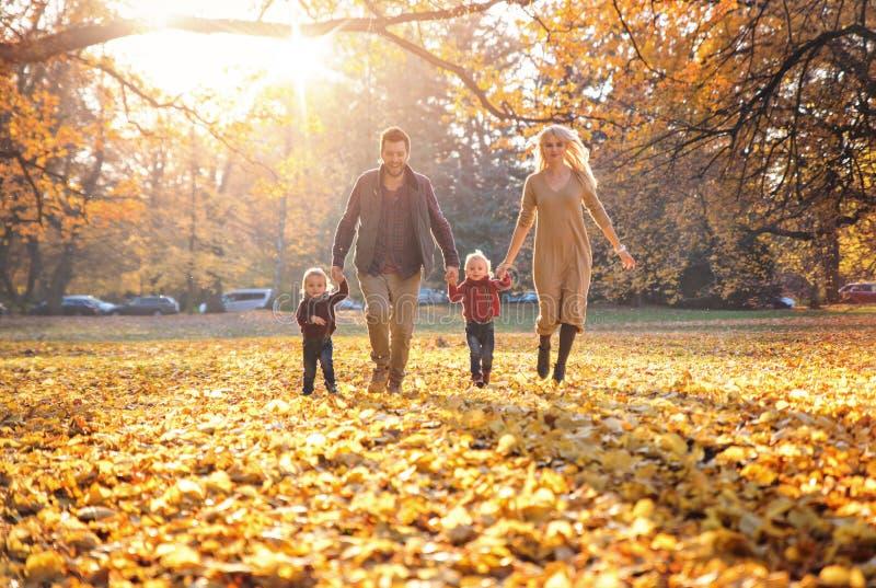 Radosna rodzina cieszy się wielką, jesienną pogodę, fotografia royalty free