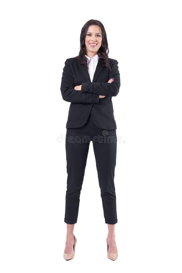 Radosna szczęśliwa pomyślna biznesowa kobieta z krzyżować rękami uśmiechniętymi i patrzeją kamerę zdjęcie royalty free
