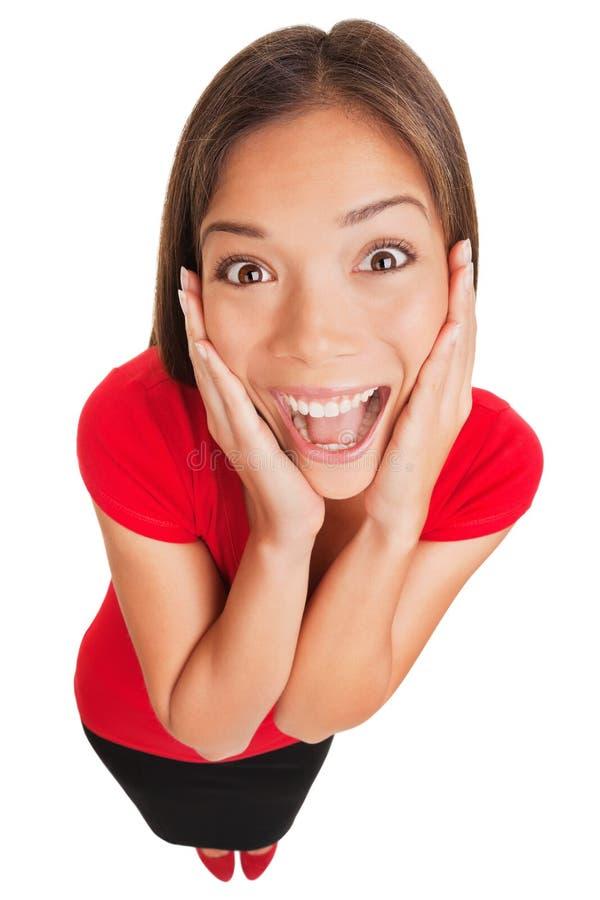 Radosna z podnieceniem zdziwiona młoda kobieta odizolowywająca