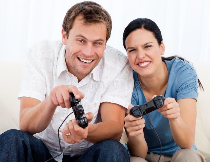 radosne par gry bawić się wpólnie wideo zdjęcia stock