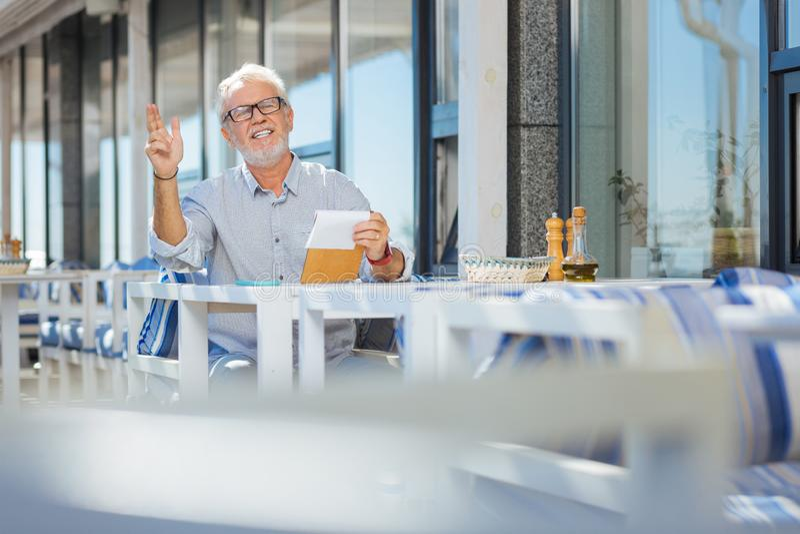 Radosne starsze osoby obsługują pytać kelnera przychodzić zdjęcie stock