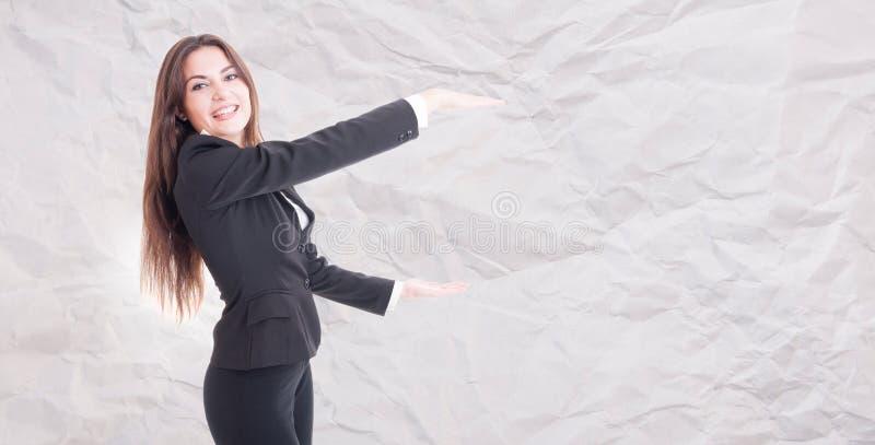 Radosny żeński kierownika mienie coś duży zdjęcia stock