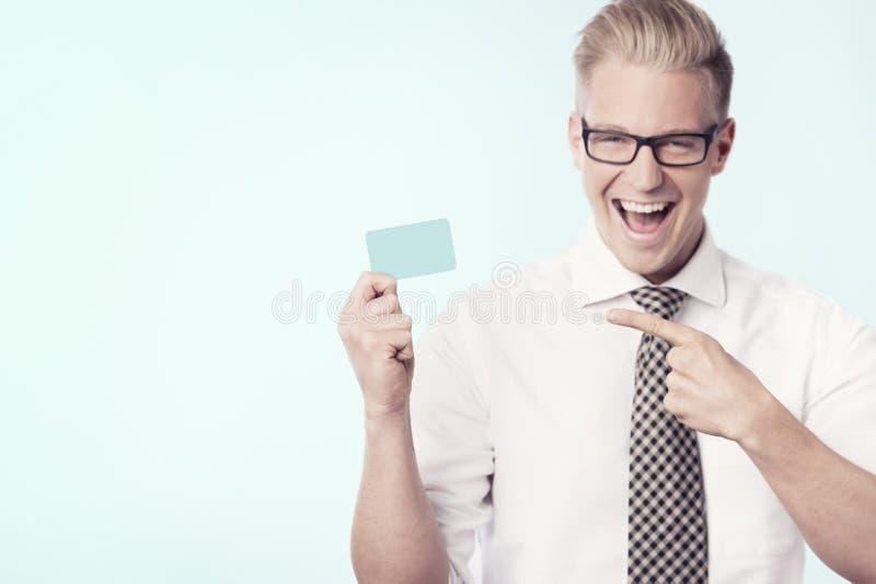 Download Radosny Biznesmen Wskazuje Palec Przy Pustą Kartą. Zdjęcie Stock - Obraz złożonej z 1, mienie: 28972104