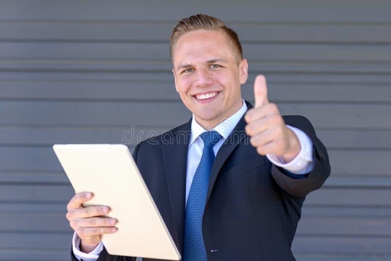 Radosny biznesmena dawać aprobaty fotografia stock