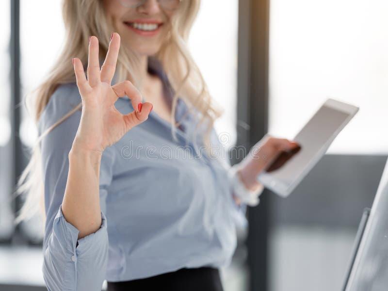 Radosny bizneswoman pokazuje ok znaka zdjęcie royalty free