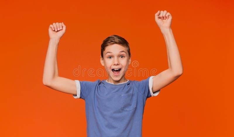 Radosny chłopiec doping, krzyczy z rękami w górę obraz royalty free