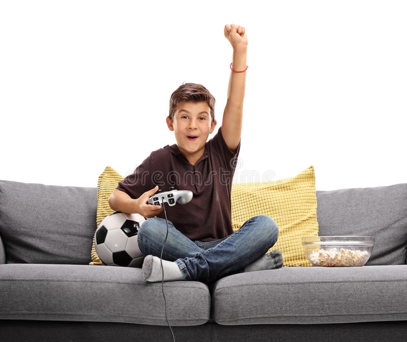 Radosny dzieciak bawić się piłki nożnej wideo grę zdjęcie stock