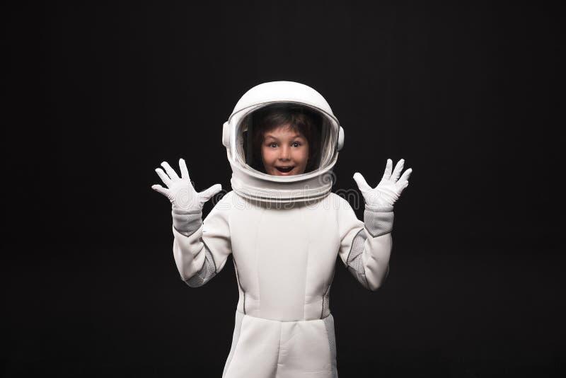 Radosny dzieciaka kosmonauta wyraża zdziwienie obraz stock