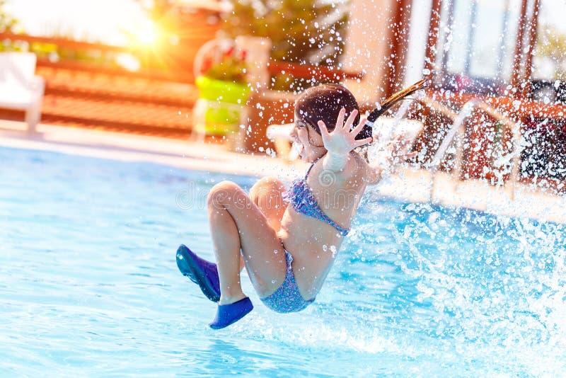 radosny dziewczyna basen zdjęcia royalty free