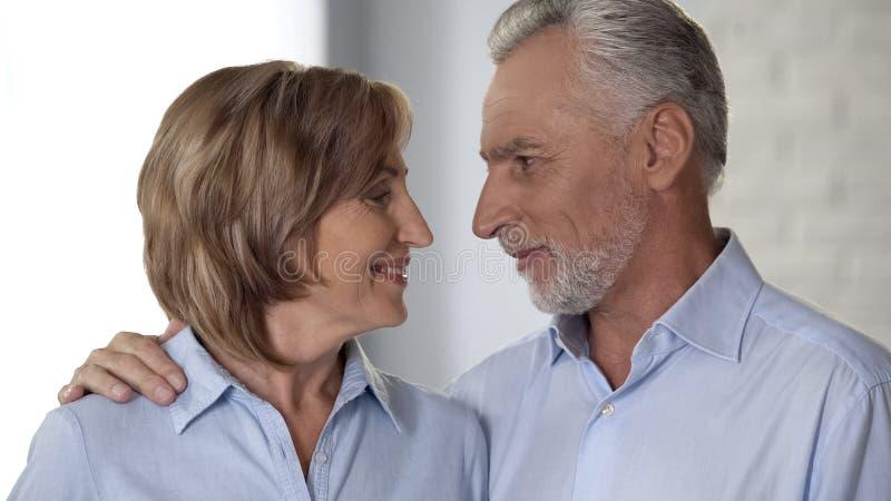 Radosny emeryta mężczyzna, dama patrzeje i each ono uśmiecha się, innego, harmonię i miłość i, obrazy royalty free
