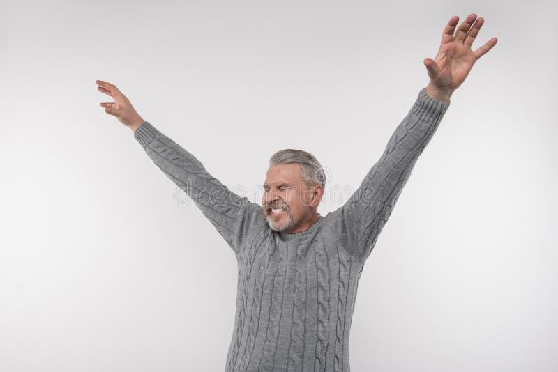 Radosny emocjonalny mężczyzna wyraża jego szczęście fotografia royalty free
