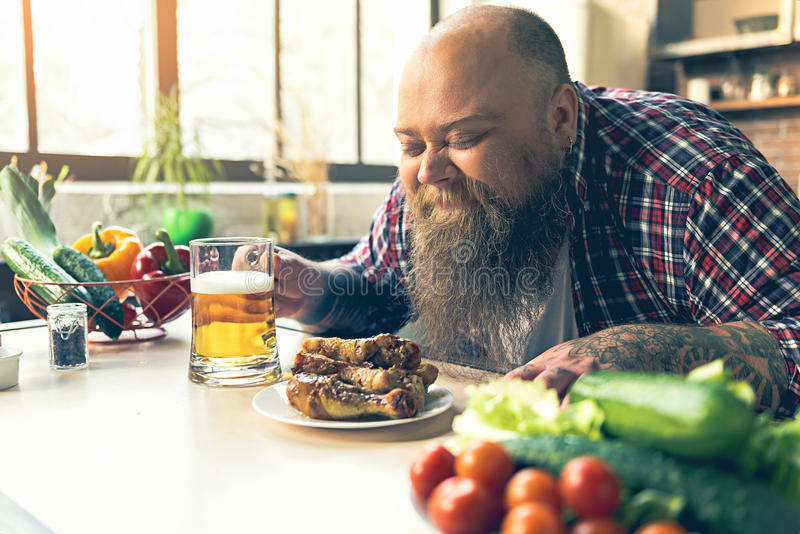 Radosny gruby mężczyzna cieszy się odór mięso obraz royalty free