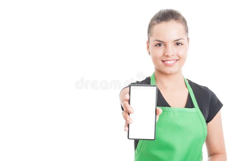 Radosny hypermarket pracownika mienia smartphone obrazy royalty free