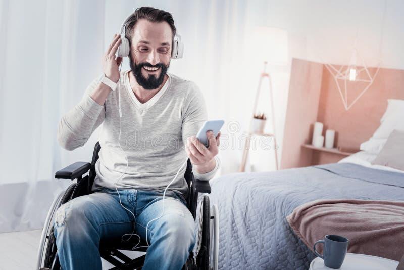 Radosny kaleki mężczyzna słucha muzyka obraz royalty free