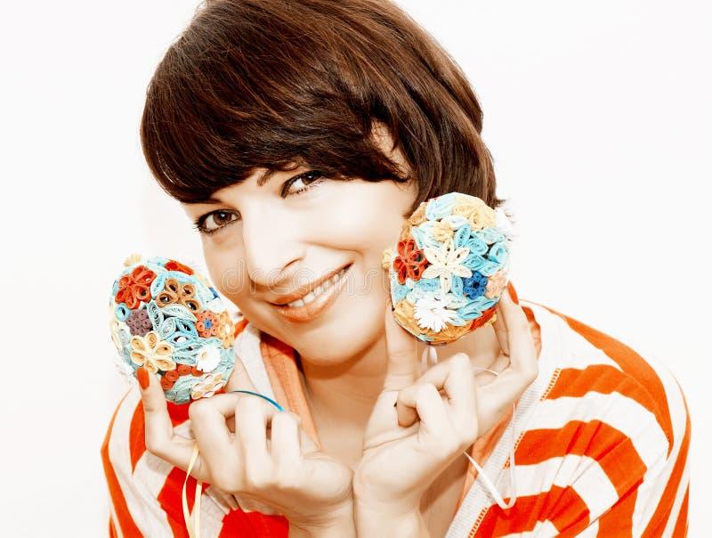 Radosny kobiety mienie w rękach dwa Easter jajka obraz royalty free