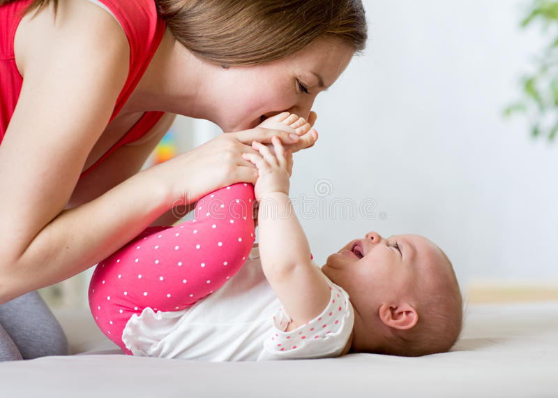 Radosny macierzysty bawić się z dziecko niemowlakiem obrazy stock