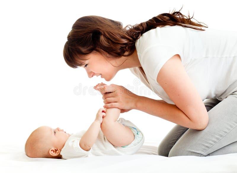 Radosny macierzysty bawić się z jej dzieckiem zdjęcia stock