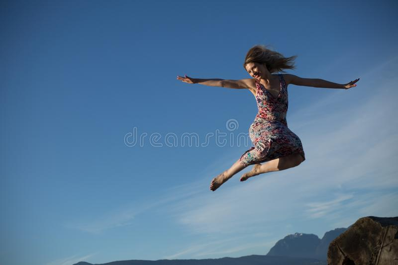 Radosny ninja lubi kobiety skokowego niebo obrazy stock