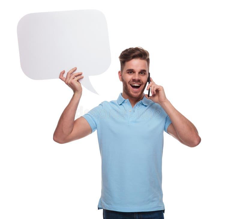 Radosny przypadkowy mężczyzna z mowa bąblem opowiada na telefonie fotografia royalty free