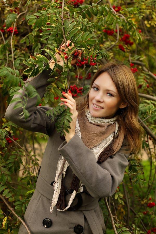 Download Radosny radosna kobieta obraz stock. Obraz złożonej z jagoda - 27094785