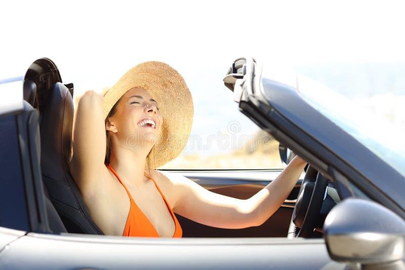 Radosny turysta cieszy się roadtrip na wakacjach zdjęcie stock