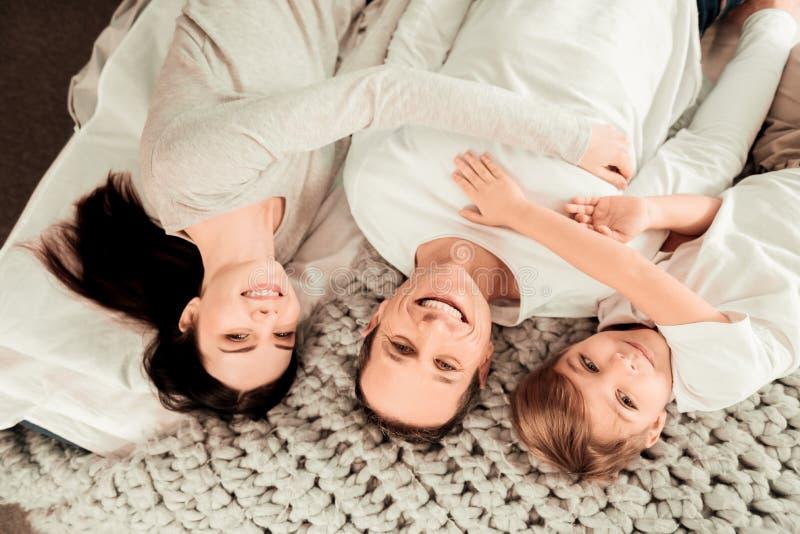 Radosny zadowolony rodzinny lying on the beach wpólnie fotografia royalty free